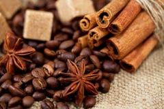 Кофейные зерна, звезды ручек анисовки, желтого сахарного песка и циннамона Стоковое фото RF
