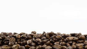 Кофейные зерна изолированные на белой предпосылке с космосом экземпляра для текста Предпосылка или текстура кофе Стоковые Изображения RF