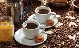 Кофейные зерна из мешка и 2 чашек кофе Стоковое Изображение RF