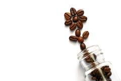 Кофейные зерна из стеклянной бутылки Стоковые Фотографии RF