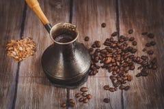 Кофейные зерна и ветроуловитель металла на деревянной предпосылке Стоковые Фотографии RF