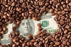 Кофейные зерна и 100 долларовых банкнот Стоковое Фото