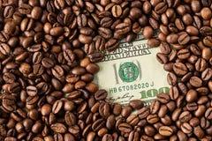 Кофейные зерна и 100 долларовых банкнот Стоковое Изображение
