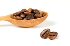 Кофейные зерна и деревянная ложка, селективный фокус Стоковое Изображение RF