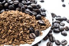 Кофейные зерна и земной кофе изолированные на белой предпосылке, взгляд сверху Стоковое Изображение RF