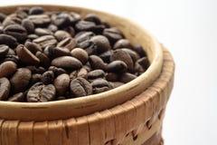 Кофейные зерна и земной кофе изолированные на белой предпосылке, взгляд сверху Стоковые Фотографии RF
