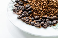 Кофейные зерна и земной кофе изолированные на белой предпосылке, взгляд сверху Стоковое фото RF