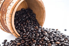 Кофейные зерна и земной кофе изолированные на белой предпосылке, взгляд сверху Стоковые Изображения RF