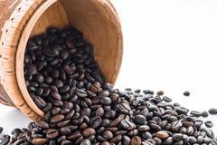 Кофейные зерна и земной кофе изолированные на белой предпосылке, взгляд сверху Стоковая Фотография RF