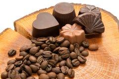 Кофейные зерна и конфеты на пне Стоковая Фотография