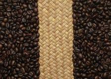 Кофейные зерна и сплетенная предпосылка Стоковое фото RF