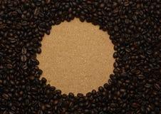 Кофейные зерна и старая предпосылка Стоковая Фотография