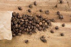 Кофейные зерна и сумка Стоковая Фотография