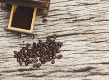 Кофейные зерна и точильщики на старых деревянных досках стоковая фотография rf