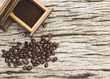 Кофейные зерна и точильщики на старых деревянных досках стоковые изображения rf