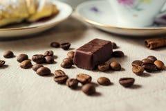 Кофейные зерна и тросточка конфеты кофе фасолей разлил Стоковая Фотография RF