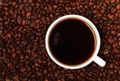 Кофейные зерна и чашка кофе Стоковая Фотография RF