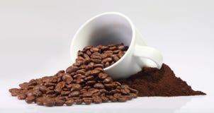 Кофейные зерна и чашка Стоковые Изображения