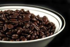 Кофейные зерна и чашка Стоковое Изображение
