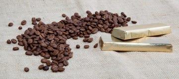 Кофейные зерна и 2 штанги шоколада. Стоковые Фото