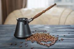 Кофейные зерна и Cezve в форме сердца на деревянной предпосылке Стоковые Изображения RF