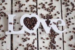 Кофейные зерна, кофе, кофе влюбленности, печенья, белая предпосылка, деревянная предпосылка Стоковые Фото