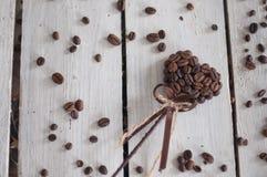Кофейные зерна, кофе, кофе влюбленности, печенья, белая предпосылка, деревянная предпосылка Стоковые Фотографии RF