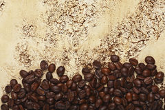 Кофейные зерна на абстрактной предпосылке Стоковые Изображения
