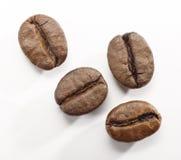Кофейные зерна на белой предпосылке с путем клиппирования Стоковые Изображения RF