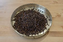 Кофейные зерна на винтажной предпосылке стоковые изображения
