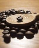 Кофейные зерна на деревянной ложке Стоковая Фотография RF