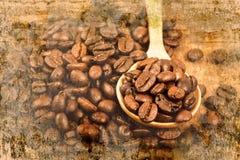 Кофейные зерна на деревянной ложке на старой стене текстурировали предпосылку Стоковое Фото
