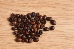 Кофейные зерна на деревянном столе Стоковая Фотография