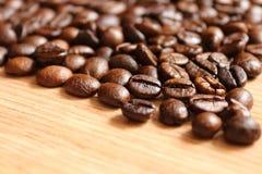 Кофейные зерна на деревянном столе Стоковая Фотография RF