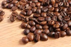 Кофейные зерна на деревянном столе Стоковые Изображения