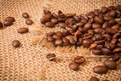 Кофейные зерна на дерюге Стоковое Фото