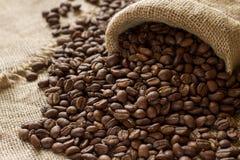 Кофейные зерна на дерюге Стоковые Фотографии RF