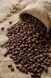 Кофейные зерна на дерюге Стоковая Фотография RF