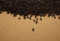 Кофейные зерна на коричневой бумаге, можно использовать как задняя часть Стоковое Изображение
