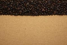 Кофейные зерна на коричневой бумаге, можно использовать как задняя часть Стоковая Фотография