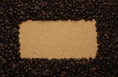 Кофейные зерна на коричневой бумаге, можно использовать как задняя часть Стоковые Изображения RF