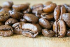 Кофейные зерна на крупном плане деревянного стола Стоковая Фотография