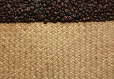 Кофейные зерна на мешках на предпосылке Стоковые Изображения RF