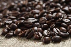 Кофейные зерна на мешке ткани Стоковая Фотография