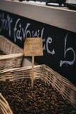 Кофейные зерна на продаже на Mercato Metropolitano, рынке в Лондоне стоковые изображения rf