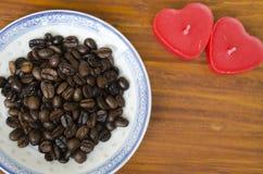 Кофейные зерна на плите с сердцем сформировали свечи Стоковое Изображение RF
