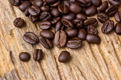 Кофейные зерна на древесине Стоковое Изображение