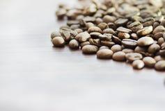 Кофейные зерна на сером цвете - белая предпосылка Конец-вверх Стоковая Фотография RF