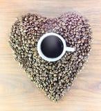 Кофейные зерна на сером цвете - белая предпосылка Конец-вверх Стоковое Фото