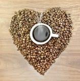 Кофейные зерна на сером цвете - белая предпосылка Конец-вверх Стоковые Фотографии RF